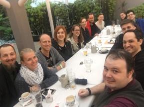 Jungtanzlehrer und Ausbildungsschüler beim gemeinsamen Abendessen und Erfahrungsaustausch